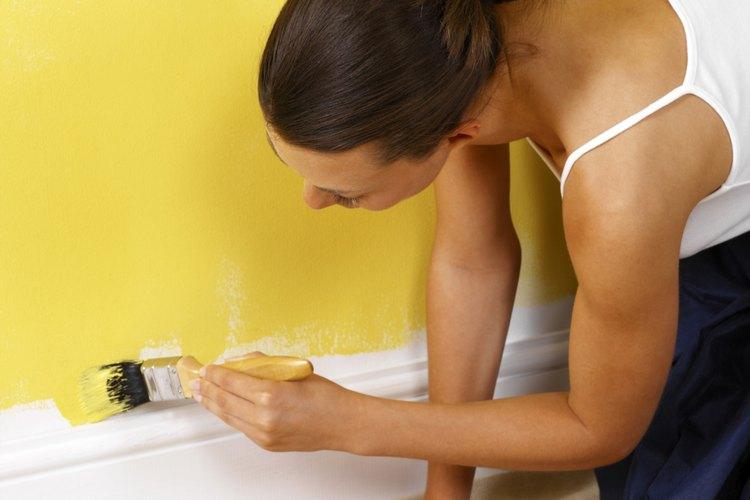 Aplica masilla antes de pintar para ocultar las imperfecciones de la pared.
