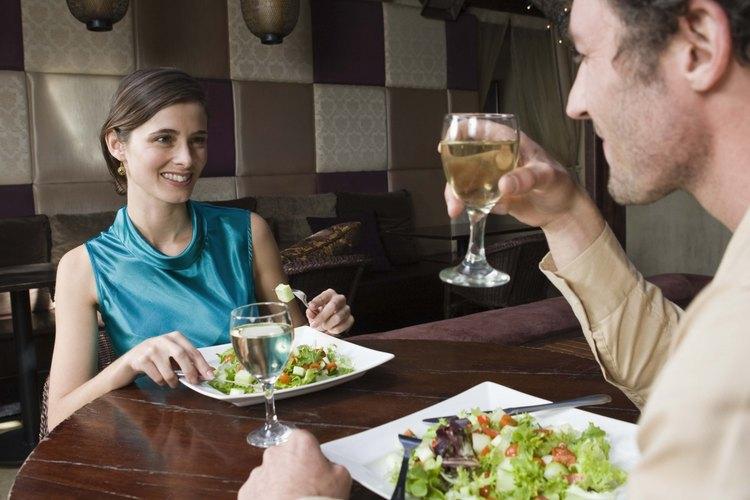 Apoya el cuchillo mirando hacia ti sobre el plato de ensalada luego de cortar un bocado.