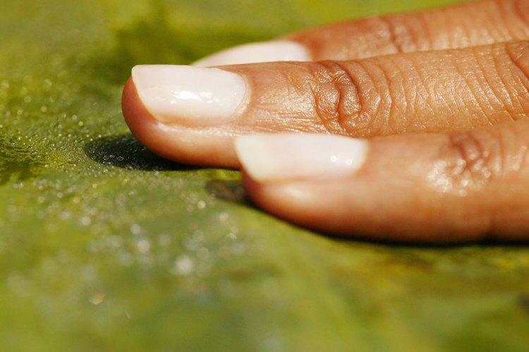 Mantén tus uñas limpias y prolijas.