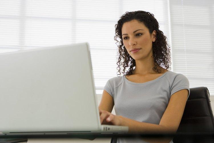 Mujer de negocios trabaja en una computadora portátil.