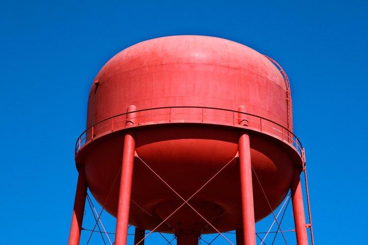Las grandes torres de agua sirven para comunidades enteras; las torres domésticas pueden hacerse mucho más chicas.