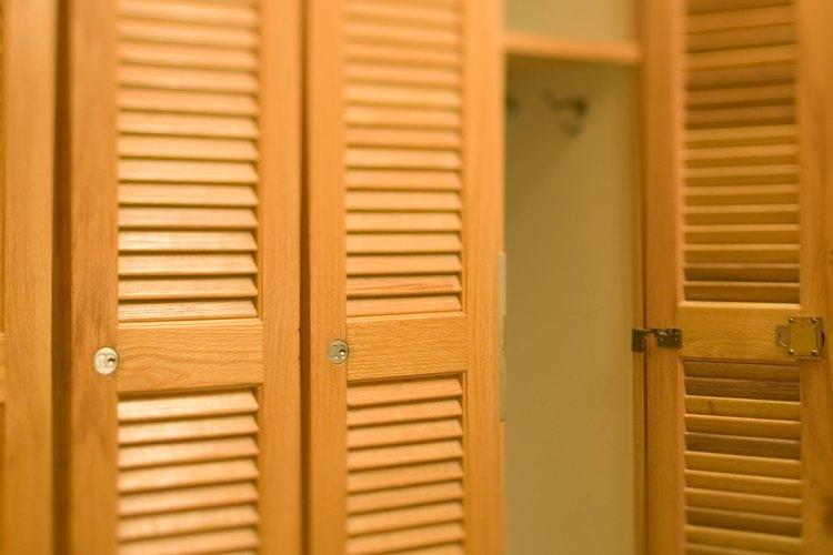 Las puertas del armario podrían robar espacio en una habitación pequeña.