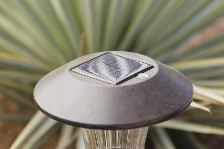 Las luces solares para el jardín son fáciles de instalar.