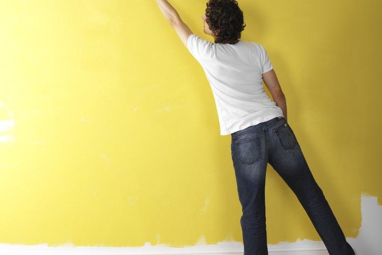 Hombre pintando la pared.