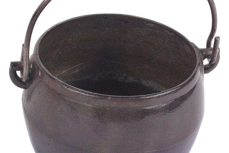 La olla puede limpiarse y el olor a humo puede eliminarse con limpiadores domésticos combinados con un buen remojo y mucha paciencia.