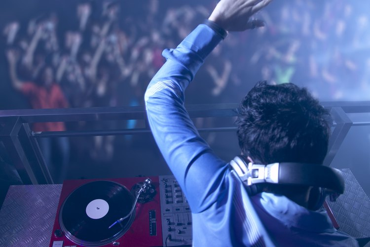 Consigue trabajo como DJ.