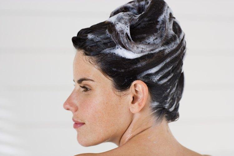 Rejuvenece el cabello seco y dañado con una receta de champú hidratante.