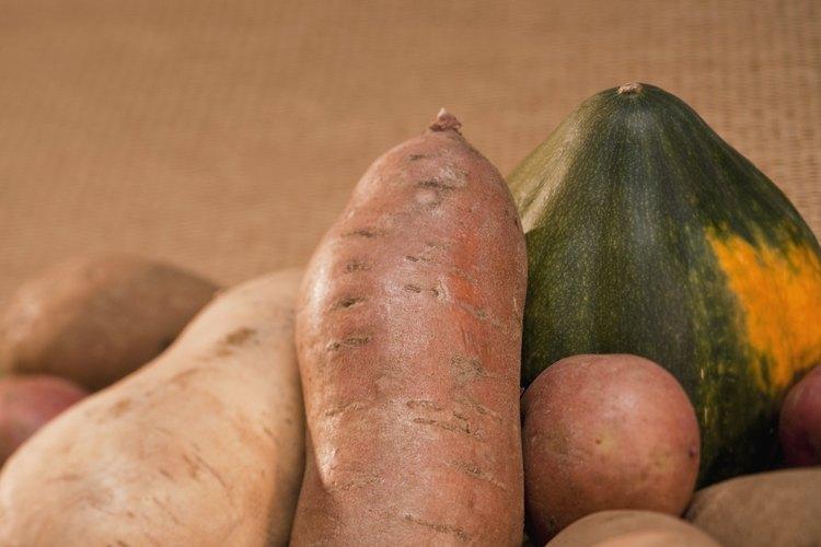 Si una papa o cebolla brota, no la utilices, en su lugar, tírala como abono vegetal.