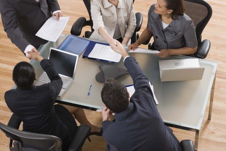 La cortesía ayuda a asegurar la comunicación y el éxito en el lugar de trabajo.