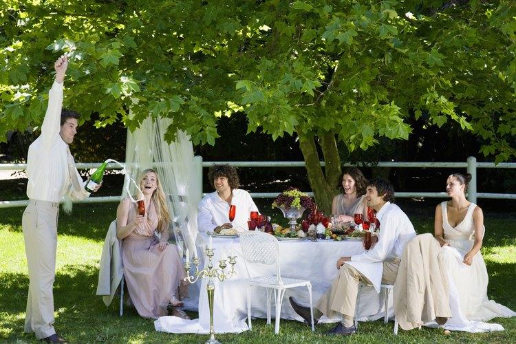 Los manteles con faldas se utilizan para eventos formales como las bodas.