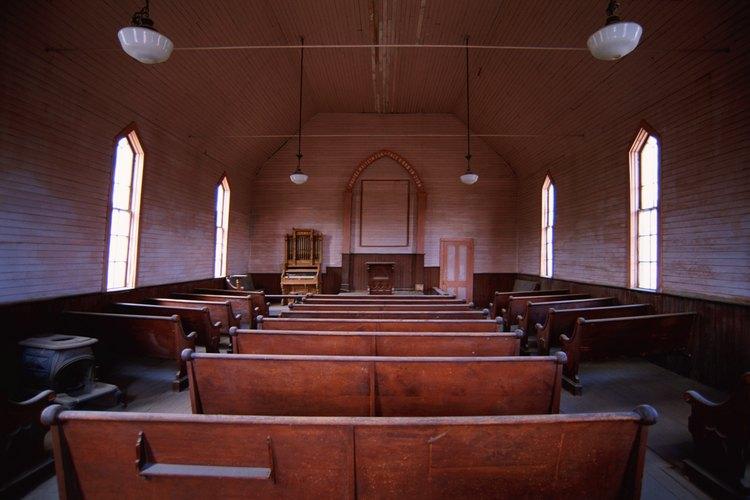 El interior de una iglesia vacía.