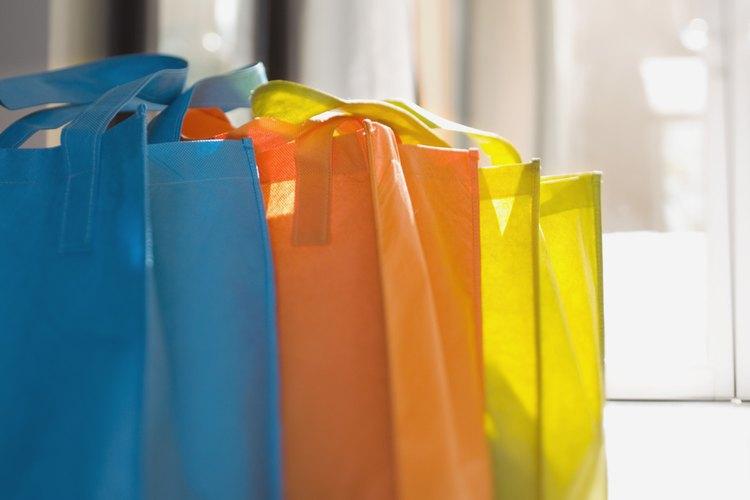 Las bolsas de asas de lona lisa están disponibles en muchos colores y tamaños.