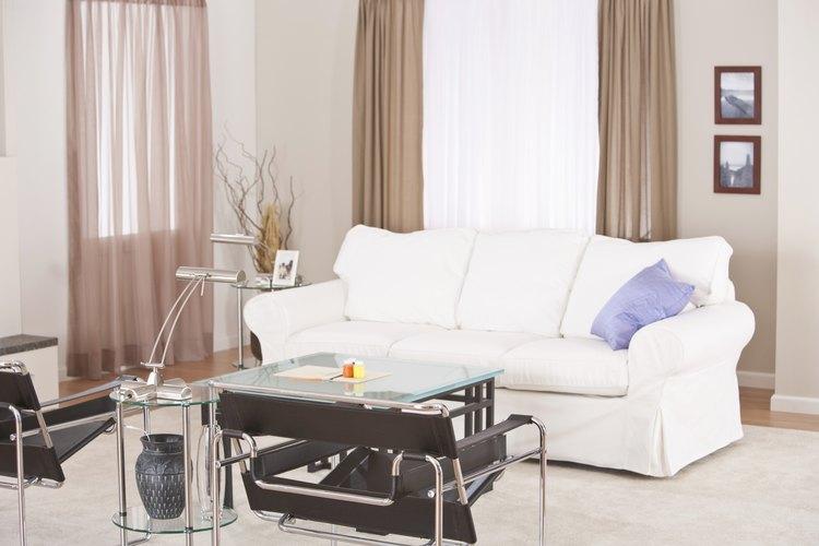 Las cubiertas para ventana como cortinas y paneles pueden agregan un toque de color y patrones para unir tu cuarto.