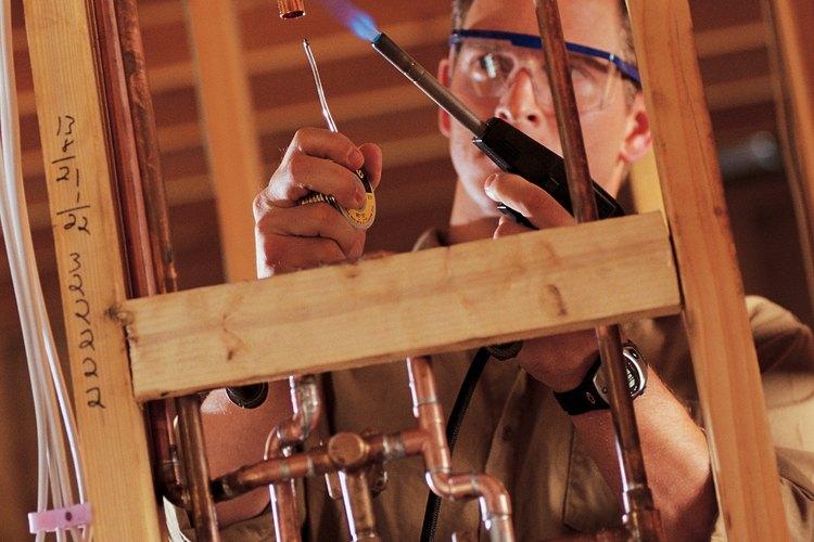Los tubos de cobre duros y flexibles pueden combinarse cuando se instalan en los suministros de agua de interior.