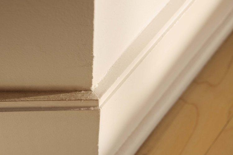 Las larvas de la polilla india de la harina se ven normalmente arrastrándose por las paredes y rodapiés.