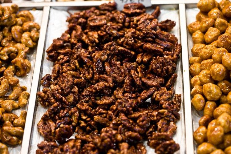 Corta las nueces antes de caramelizarlas.
