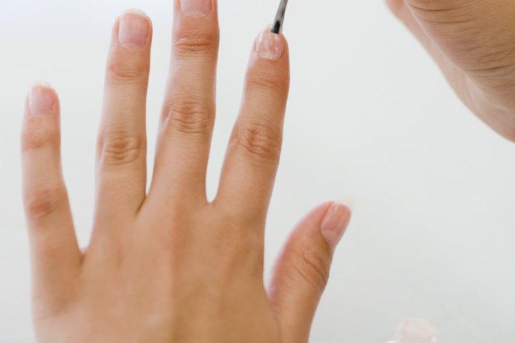 Pinta las puntas blancas sobre tus uñas con el esmalte de uñas blanco.
