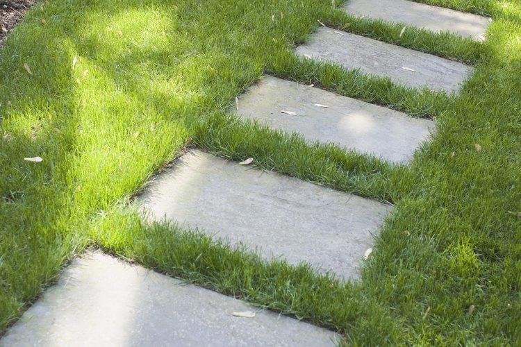 C mo poner losa de piedra en un terreno irregular - Losas de hormigon para jardines ...