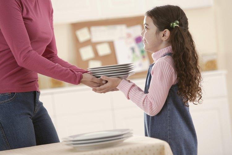 Toma tu propia situación financiera en cuenta antes de asignar precio a las tareas que deseas que tu hijo haga, aconseja Kids Health.