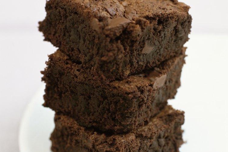 Espera que tus brownies se enfríen antes de apilarlos sobre tu plato.
