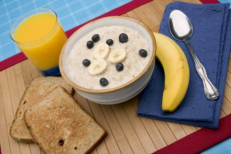 Agrega frutas al día siguiente después del remojo y calienta la avena con el yogur.