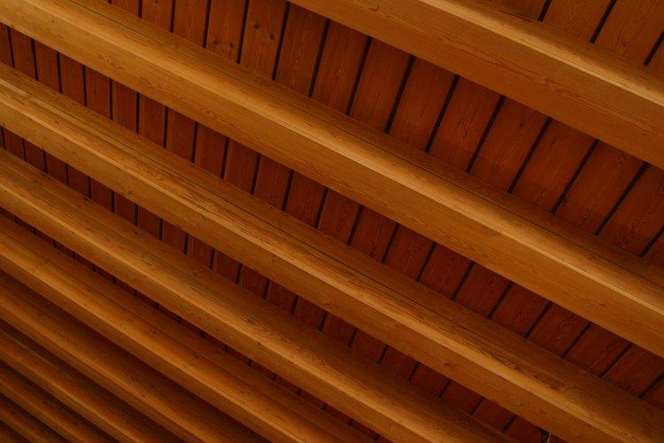 Las vigas de madera del techo tienen una apariencia rústica.
