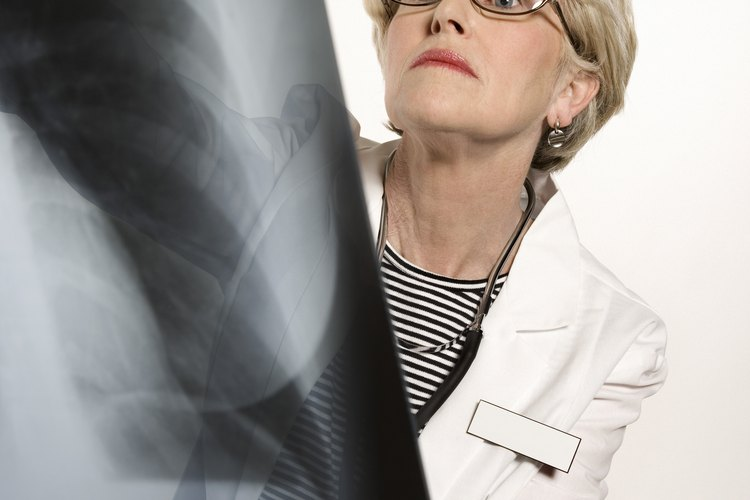Doctora examinando una radiografía.