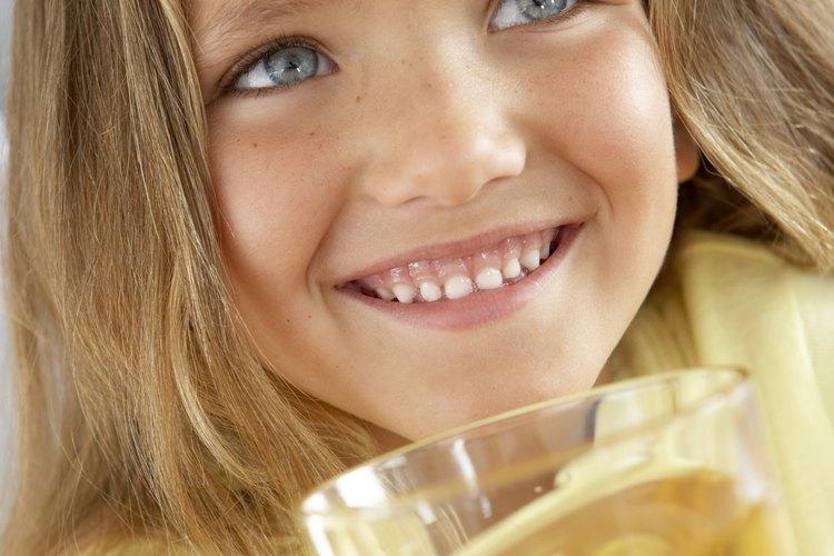 Dale jugo de manzana para aliviar la garganta.