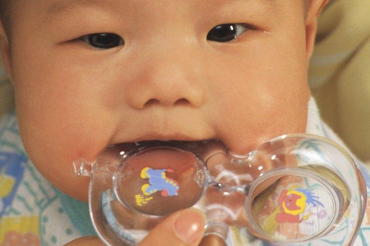 Los mordillos pueden ayudar a calmar las encías del bebé mientras le salen los dientes.