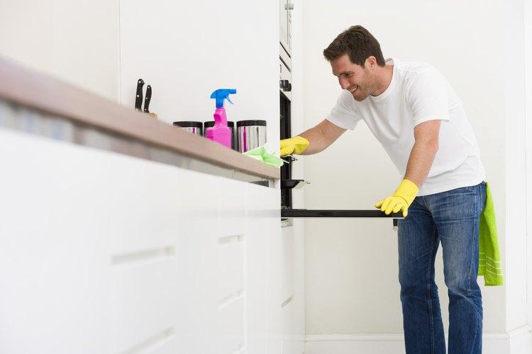 La limpieza del horno con una mezcla de jugo de vinagre, agua y limón elimina todos los rastros del limpiador químico.