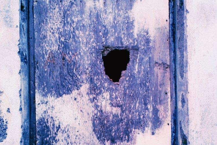 C mo reparar un orificio en una puerta hueca - Como arreglar puertas de madera rayadas ...