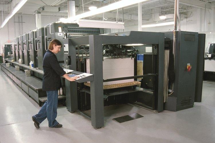 Un tipógrafo controla una imprenta grande.