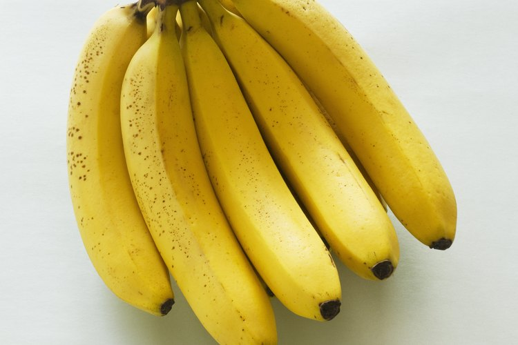 El plátano es una fruta delgada con cáscara que viene en diferentes tamaños y la mayoría de las veces es amarillo.