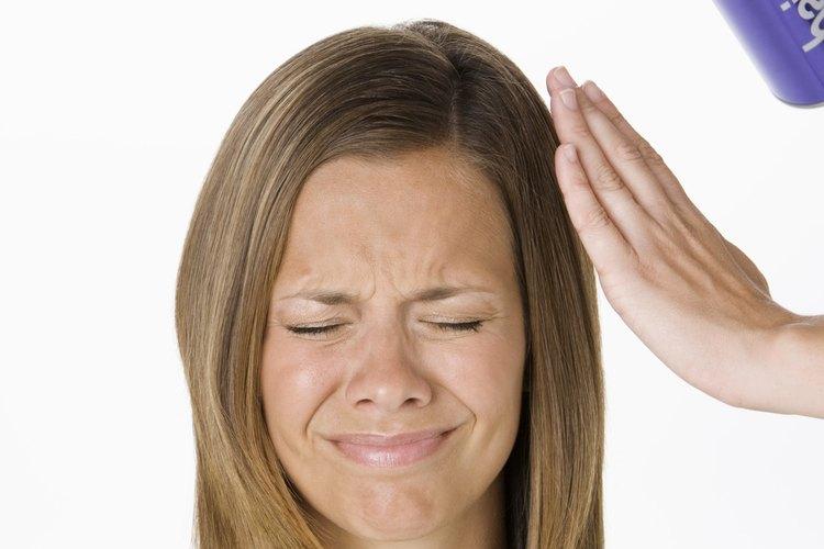Usar demasiada laca puede hacer que tu cabello se vuelva quebradizo.