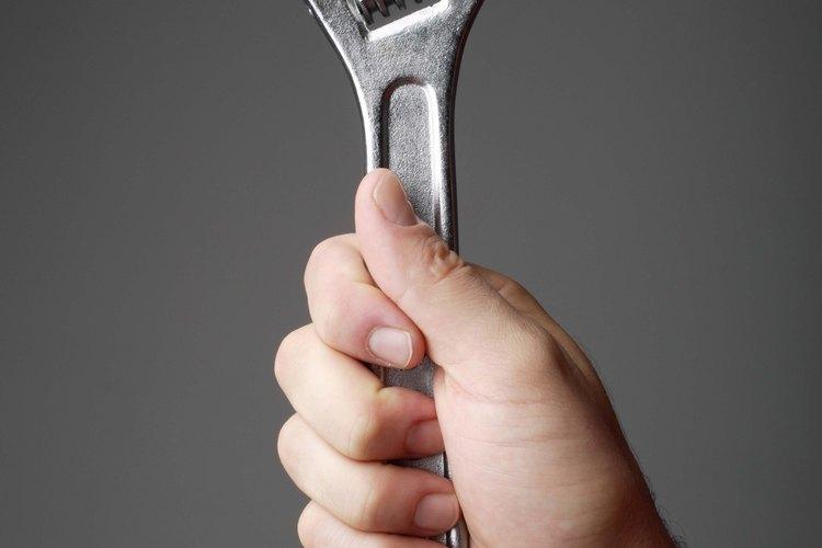 Utiliza una llave ajustable para quitar las válvulas de presión.