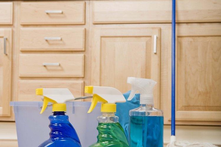 Prepara una solución de lejía y agua