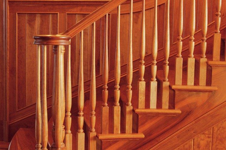 """Las barandillas """"sobre el poste"""" tienen un diseño ornamental en los postes."""