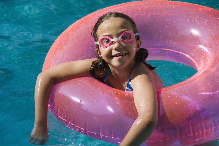 Instala una bomba y filtro para tener agua limpia en tu piscina.
