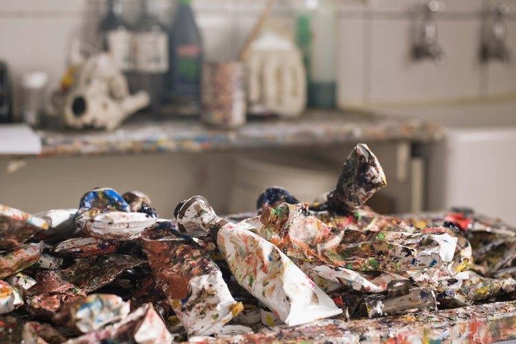Si has salpicado o goteado con pintura (y se ha secado) alguna cosa de plástico.