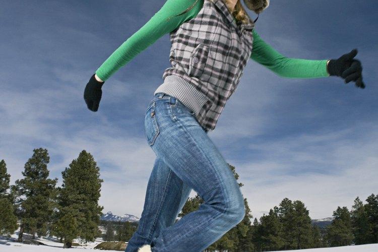 Al meter bien las perneras de tus pantalones vaqueros evitarás que tus botas se abulten.
