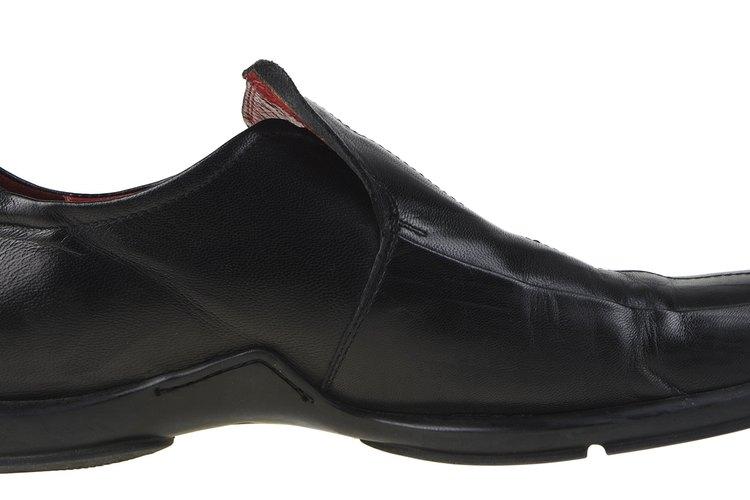 La reparación de los zapatos de cuero arrugado puede hacerse con la técnica adecuada.