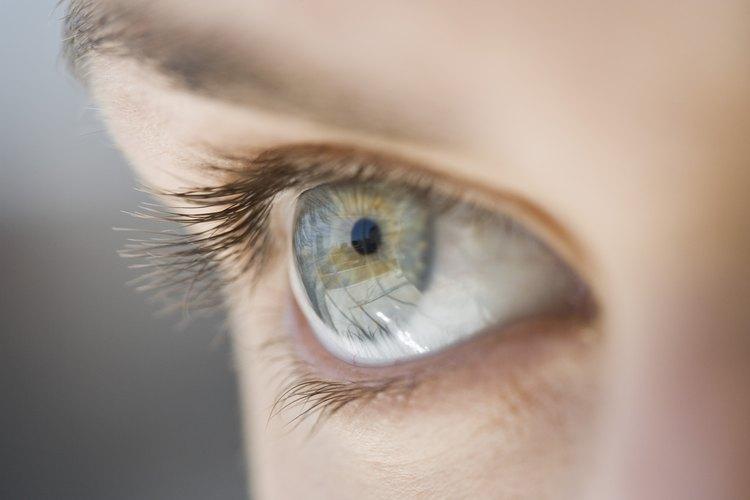 Aumenta la belleza de tus ojos azules con los colores correctos de maquillaje.