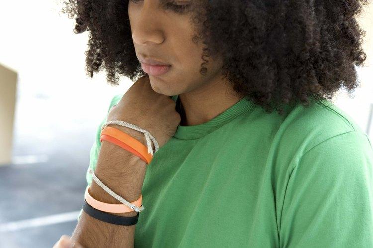 El cabello afro puede alisarse usando químicos relajantes.