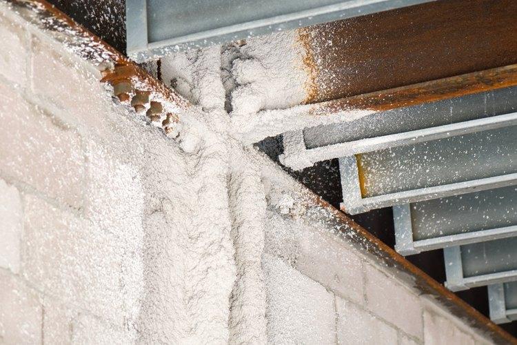 Espuma aislante expansiva se rocía sobre paredes, techos y suelos para sellar y aislar los edificios contra la transferencia de calor y humedad.