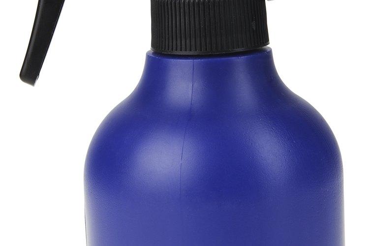 Llena una botella rociadora con agua tibia.