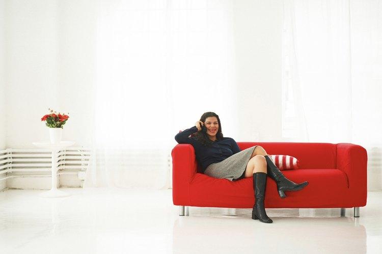 Ideas para decorar en torno a un sofá rojo de cuero.
