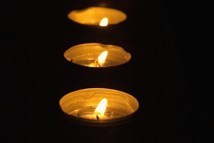 Coloca velas de té en una línea recta para crear un simple centro de mesa.