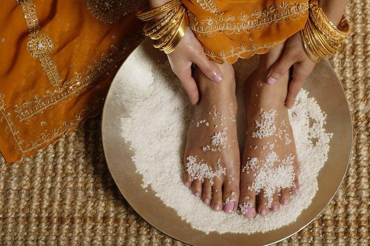 La sal del mar puede funcionar como un exfoliante para los pies.