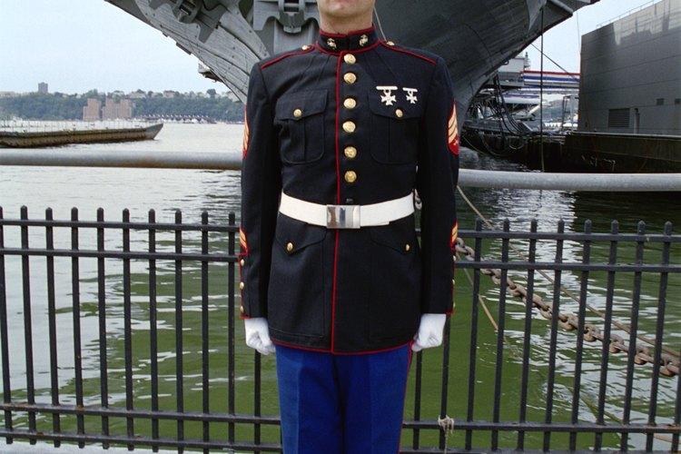 El sobretodo de uniforme de gala está hecho de lana.