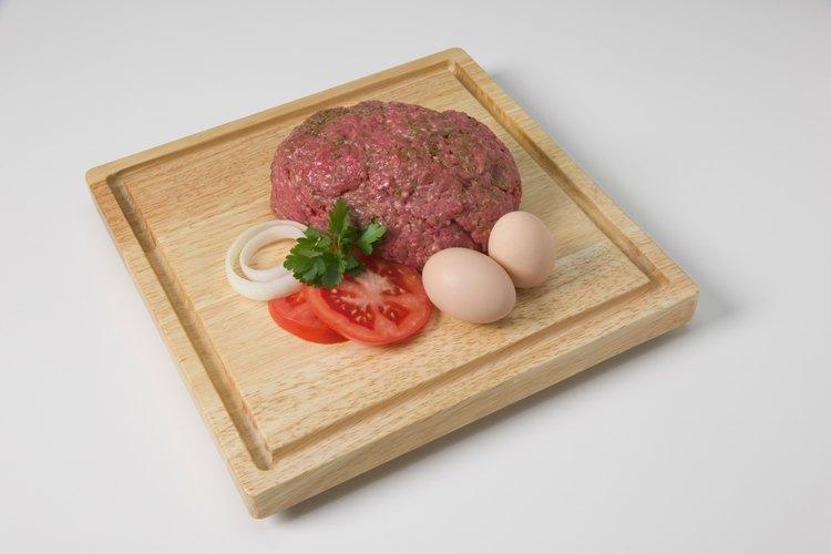 Utiliza huevos para ayudar a que la carne de vaca y de cerdo se unan bien.